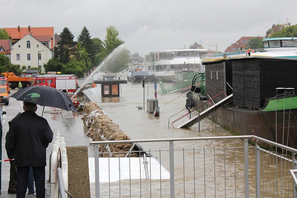 Blick in die Werftstraße kurz vor 15 Uhr: Steigt der Pegel über 6,50 Meter wird's kritisch. Fotos: Liese