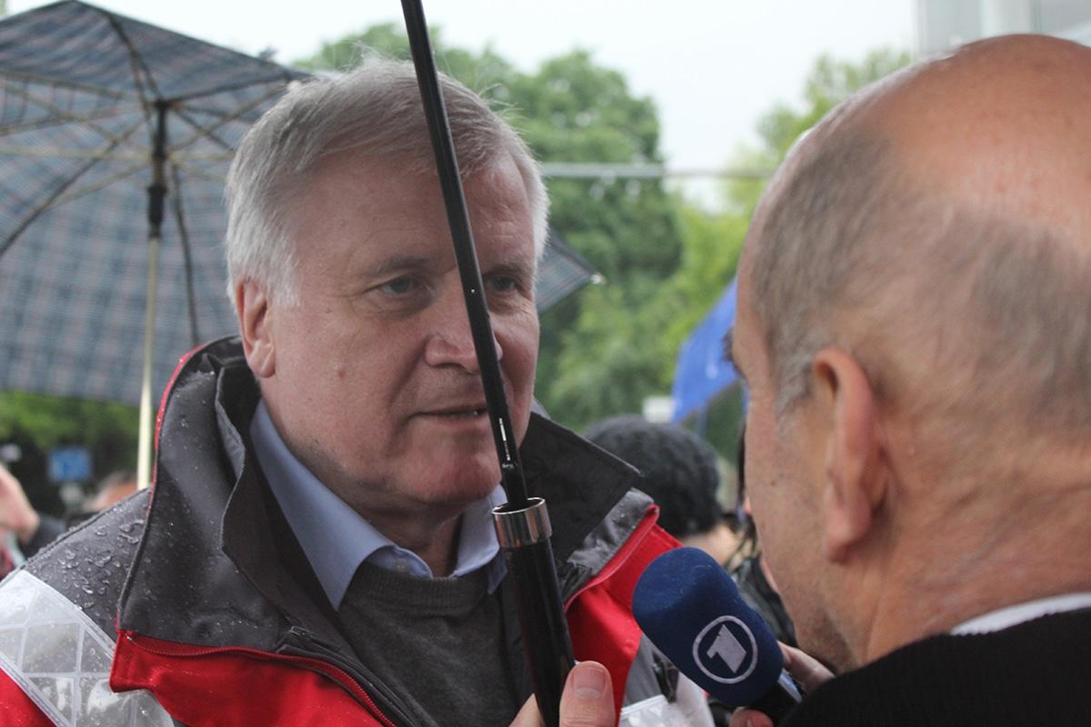 Rot steht ihm ein paar Monate vor der Wahl besonders gut: Horst Seehofer machte sich ein Bild von der Situation an der Werftstraße.