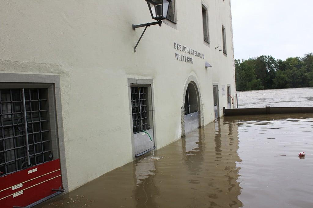 Der Bereich um die Wurstkuchl wurde am Mittag kontrolliert geflutet.
