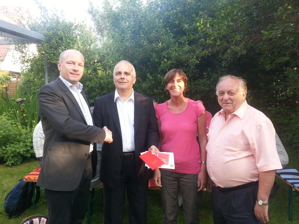 Bürgermeister Joachim Wolbergs überreicht Michael Staab das Parteibuch