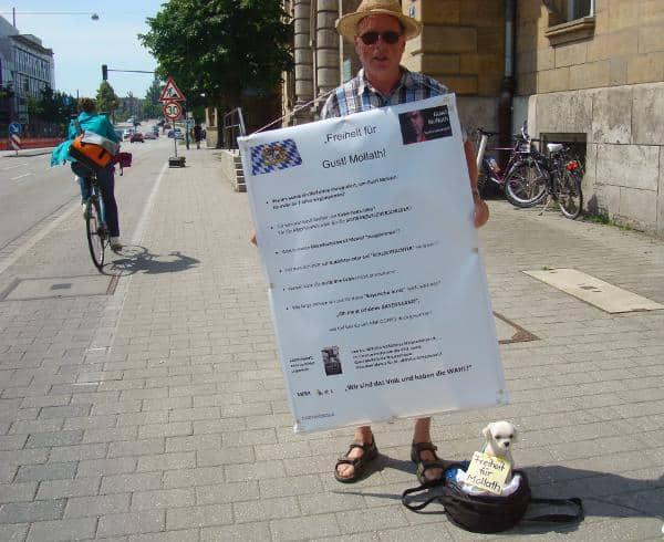 Demonstrierte auch am Dienstag wieder vor dem Landgericht für ein Wiederaufnahmeverfahren im Fall Mollath: der Regensburger Helmut Nachtigall. Foto: privat