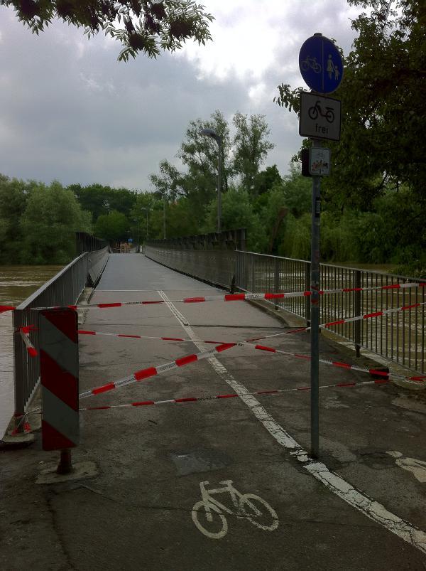 Während des Hochwassers musste der Grieser Steg kurzzeitig gesperrt werden. Foto: Archiv/ as