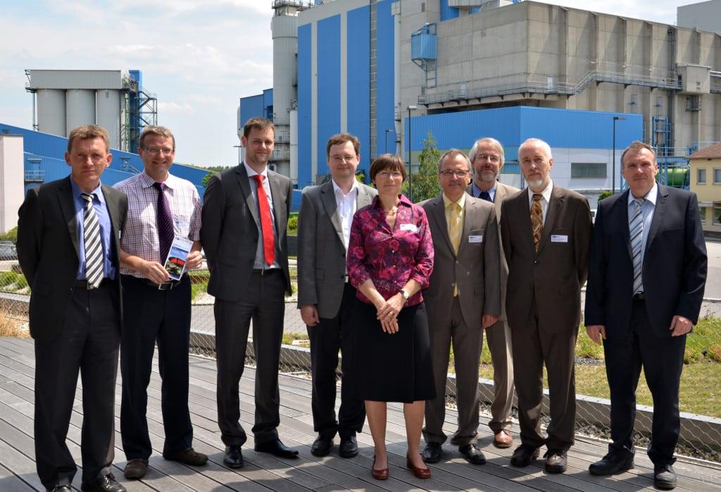 """Referenten und Verantwortliche des Infotags """"Betriebliche Energieeffizienz"""": (von links) Prof. Dr.-Ing. Markus Brautsch (HAW), Prof. Dr.-Ing. Oliver Brückl (HS.R), Michael Riederer (HS.R), Verbandsdirektor Thomas Knoll (ZMS), Prof. Dr.-Ing. Susan Draeger (HS.R), Prof. Dr.-Ing. Andreas P. Weiß (HAW), Prof. Dr.-Ing. Stefan Beer (HAW), Prof. Dr.-Ing. Michael Elsner (HS.R), Werner Beck (IHK). Foto: Stefan Karl"""