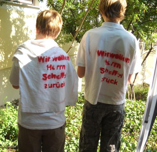 """""""Wir wollen Herrn Scheffel zurück."""" T-Shirt-Aktion beim Sommerfest der privaten Realschule Pindl. Foto: privat"""
