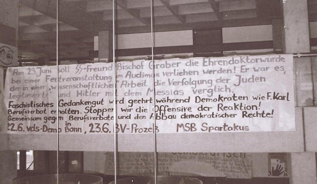 Protest gegen die Ehrenpromotion Grabers Die Wandzeitung wurde vom damaligen Kanzler im Vorfeld entfernt. Foto: privat