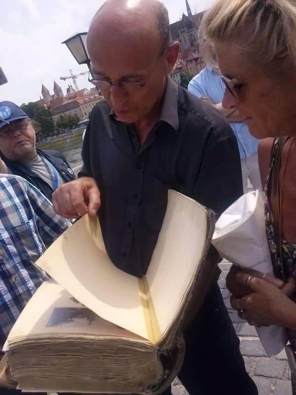 Wiendl zeigt den Besuchern das Original-Reisetagebuch. (Foto: hb)