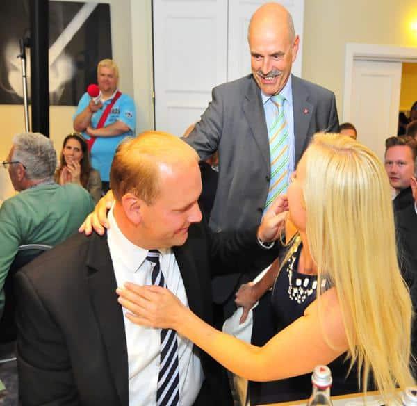 Der erste Gratulant: Schaidinger drängt sich zu Christian Schlegl und dessen Frau Stephanie.