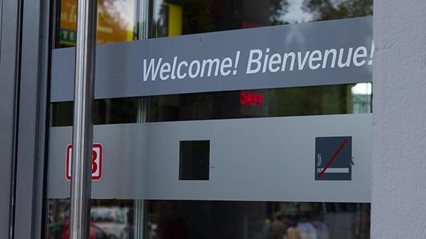 """""""Willkommen"""" ist im Bahnhofsbereich längst nicht jeder."""