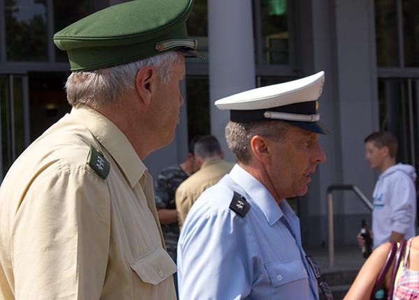 Im Vordergrund: Streifenpolizisten. Im Hintergrund: Ist das schon Klientel? Fotos: Liese
