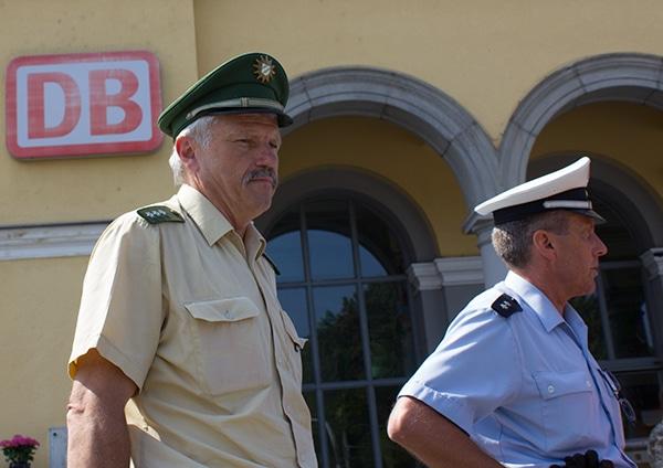Landes- und Bundespolizei arbeiten ab sofort beim Verdrängen nicht mehr gegeneinander, sondern Hand in Hand. Foto: Liese