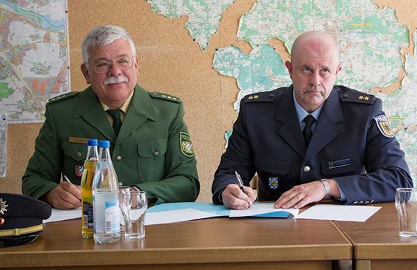Gut gelaunt: Wolfgang Mache und Stephan Schrottenbaum unterzeichnen den Einsatzbefehl.