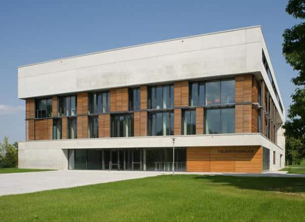 Neues Gebäude, viele Professoren und jede Menge Geld: Doch beim Institut für Immobilienwirtschaft in Regensburg scheint Einiges im Argen zu liegen. Foto: pm