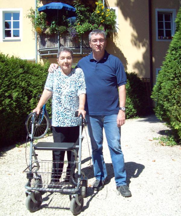 """Markus Bauer kümmert sich seit Jahren um seine Mutter Christa. Nicht """"sozialadäquat"""" meint dazu ein Regensburger Rechtsanwalt, der die Frau aus ihrer Mietwohnung klagen will."""