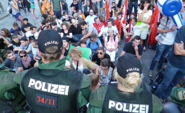 Kriminalisierung von Nazi-Gegnern: Die Teilnehmer der friedlichen Sitzblockade im September werden jetzt der Nötigung beschuldigt.