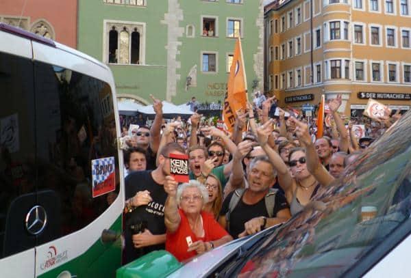 Hunderte von Gegendemonstranten protestierten am Domplatz abgeschirmt durch Polizeibusse gegen die NPD.