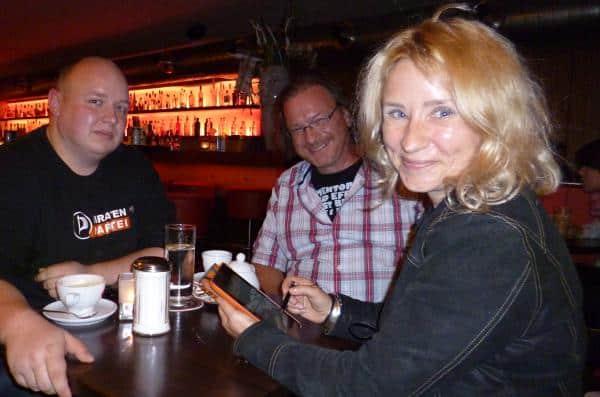 Mitgliedsantrag unterschrieben: Ewa Turoa-Schwierskott mit dem Piraten-Vorsitzenden Jürgen Cieszlik und Bundestagskandidat Benedikt Pirk. Foto: as