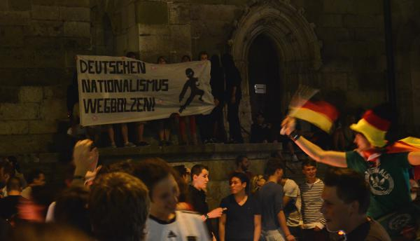 Bei mehreren Jubelfeiern zur Fußball-EM im Einsatz (hier beim Einzug der deutschen Mannschaft ins Viertelfinale): das Transparent der Falken. Foto: Archiv