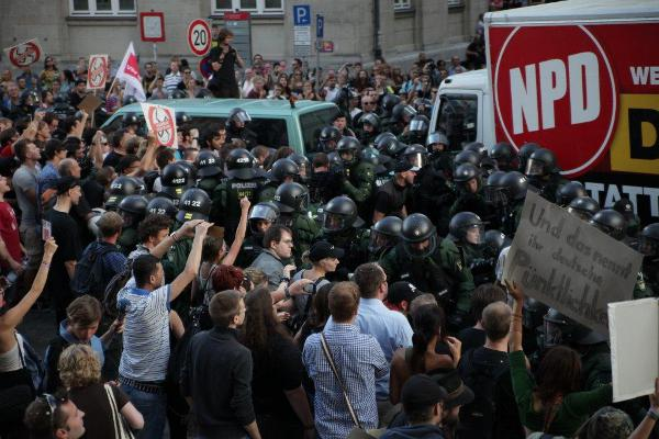 Lkw und Busse rollen durch die Menschenmassen. Der Druck auf die Einsatzkräfte steigt. Foto: Herbert Baumgärtner
