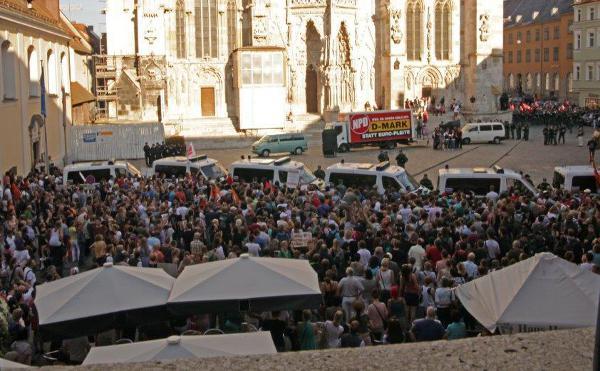Weit über 1.000 Menschen kreisten die NPD am Domplatz ein. Foto: Herbert Baumgärtner