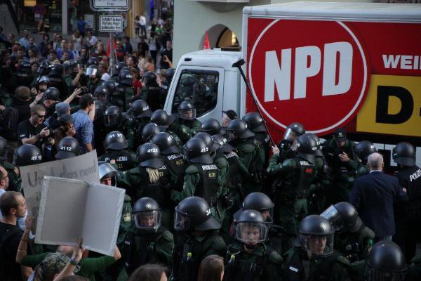 Umleitung: Der NPD-Truck wird über den Bürgersteig geleitet. Foto: Herbert Baumgärtner