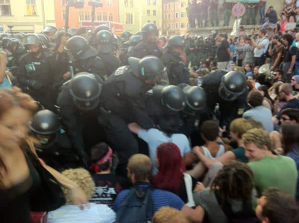 Noch vergleichsweise ruhig: Erste Sitzblockierer werden von der Polizei gegen mal mehr, mal weniger Widerstand entfernt. Foto: as
