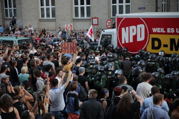 Der NPD-Lkw und die beiden Busse fuhren im Zentimeterabstand durch die Menschenmassen. Foto: Herbert Baumgärtner