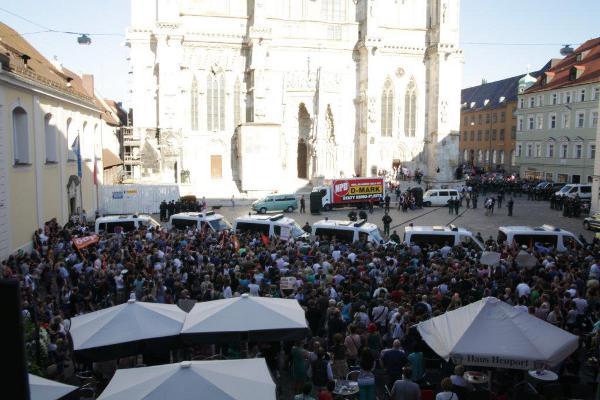 Weiträumig abgeschirmt: Die NPD am Domplatz. Foto: Herbert Baumgärtner