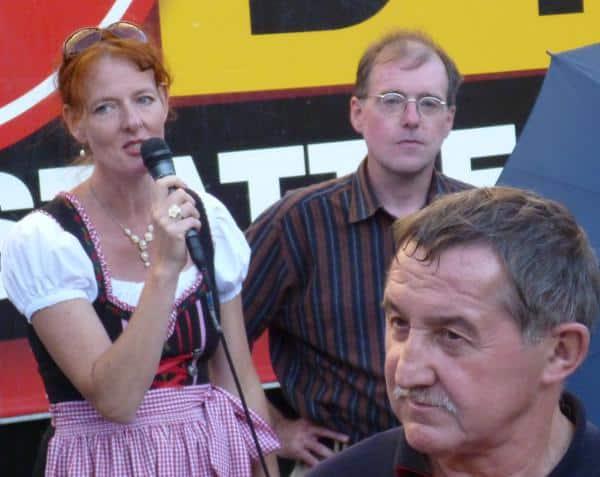 """Schwulenhasserin Sigrid Schüßler neben Karl """"Hitler-Gruß"""" Richter. Im Vordergrund: der Fahrer des NPD-Trucks."""