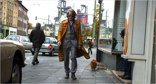 Kommissar 00 Schneider wandelt durch die Straßen von Mülheim. Immer dabei: Sein Pomeranian Spitz Zorro. Bild: Senator Filmverleih.