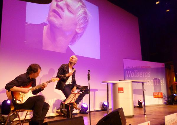 """Don't stop me now."" Markus Engelstätter lieferte den Soundtrack zur Wahlparty. Foto: as"