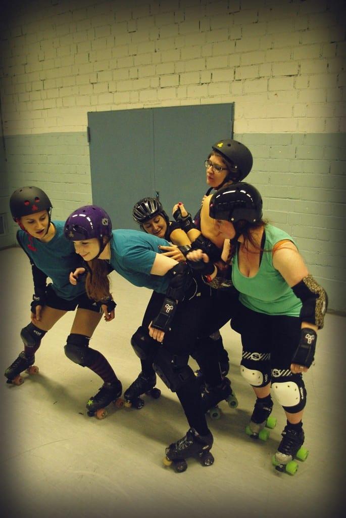 Hart, aber fair: Block-Trainig bei den RATisbona Rollergirls. Fotos: Daniel Gilch