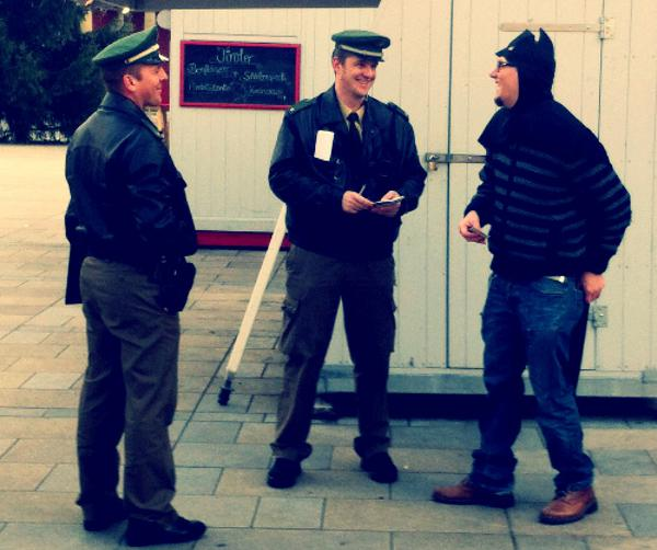 Ebenfalls vor Ort: Batman im Plausch mit der Polizei.