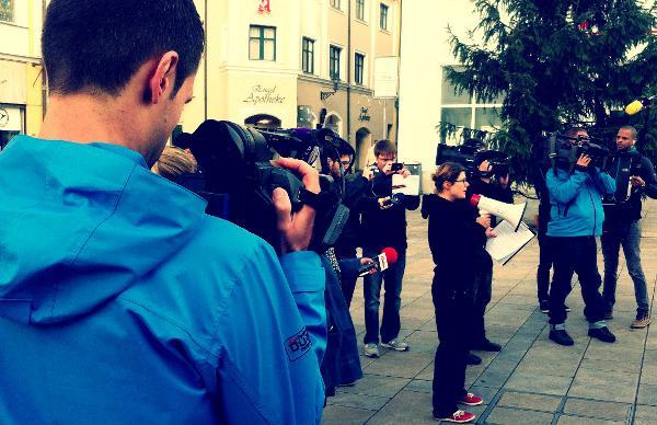 Wann ziehen die sich endlich aus? Die Zahl der Medienvertreter überstieg am Freitag jene der Demonstranten. Fotos: as