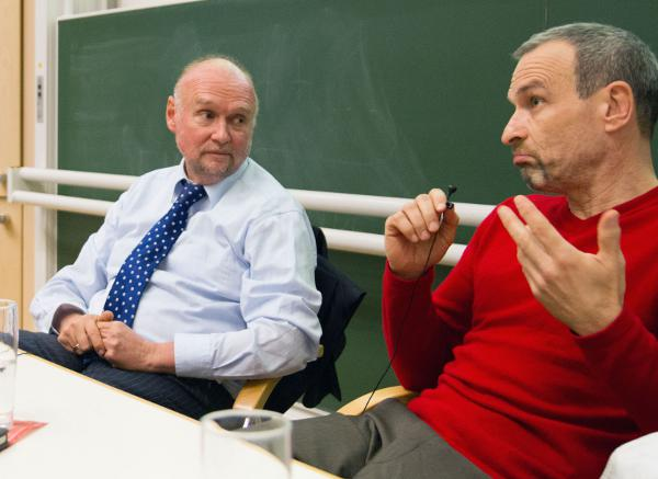 Gilt der Staatsanwaltschaft als hochgefährlicher Mann: Der Journalist Hubert Denk (re.) mit seinem Rechtsanwalt Dr. Klaus Rehbock (bei der Diskussionsveranstaltung an der Uni Passau). Foto: Köppl