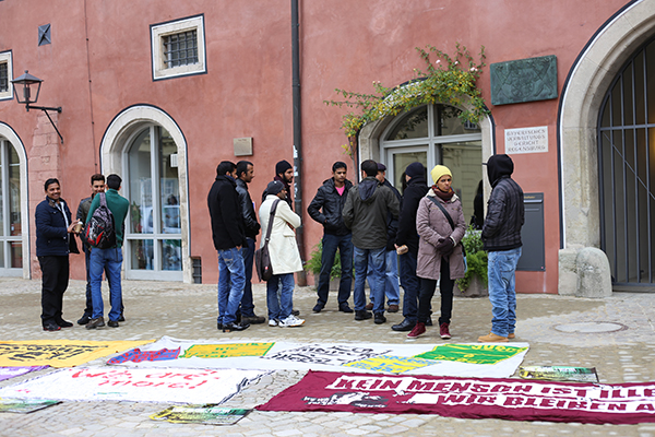Mit einer Kundgebung startete der solidarische Besuch der Asylverhandlungen im Regensburger Verwaltungsgericht. Fotos: Liese