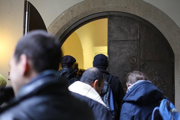 Schon der Einlass ins Gebäude gestaltete sich schwierig - nur ein Wachmann führte die Sicherheitskontrolle durch.