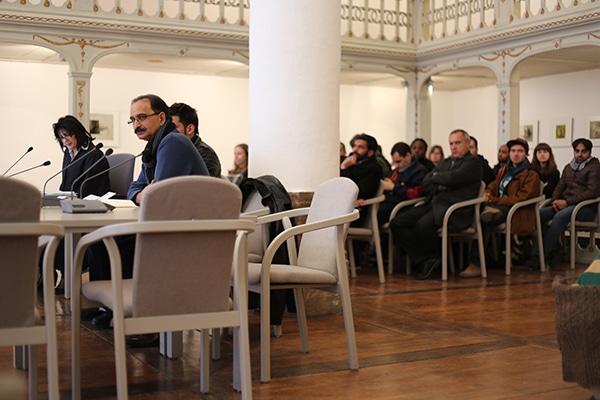 Ein Stuhl blieb während der Verhandlung der ersten beiden Anträge leer: Der der Rechtsanwältin.
