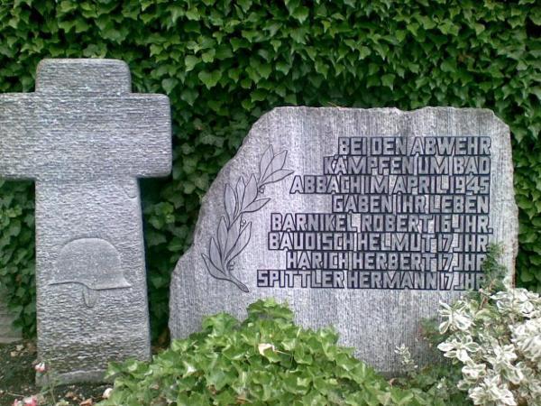"""Grabstein in Bad Abbach zur Erinnerung an Angehörige der """"SS-Division Nibelungen"""". Foto: Werner"""