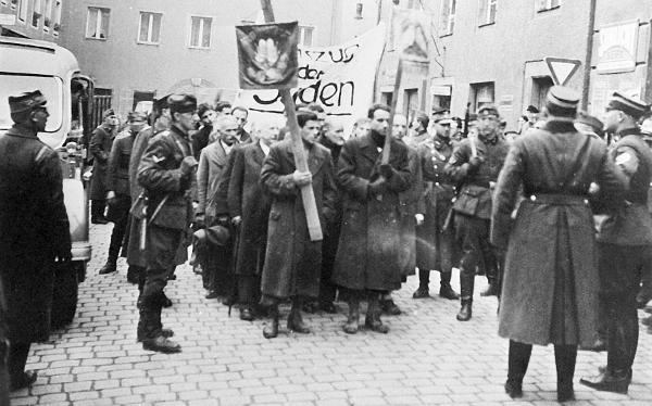 """Unter dem Kommando von NSKK-Brigadeführer Müller-Seyffert formiert sich der """"Marschzug"""" auf dem St. Georgenplatz."""