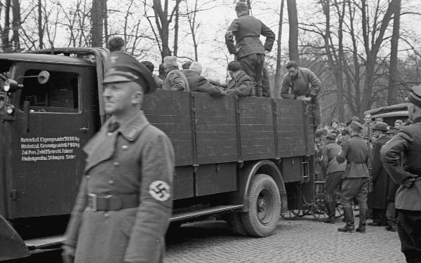 NSDAP-Kreisleiter Wolfgang Weigert koordniert die Deportationen nach Dachau.