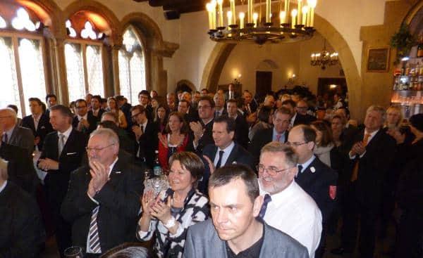 Politiker, Promis und Profiteure: voller Saalt im Haus Heuport.