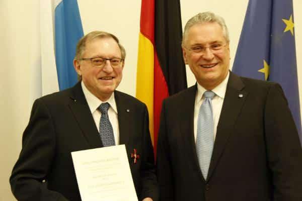 Von Cartellbruder zu Cartellbruder: Innenminister Herrmann überreicht das Bundesvedienstkreuz an Götz: Foto: Bayerisches Innenministerium