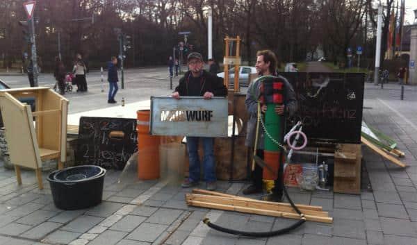 Musste den Europabrunnendeckel diese Woche endgültig räumen: Jakob Friedl (re.). Formal ist der Ort jetzt eine Bautelle für die Schaidinger-Bodensprinkleranlage. Foto: as