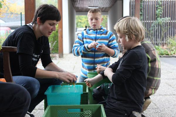 Bevor aus den Kartoffeln selbstgemachte Pommes werden, werden sie von Lehrerin Phoebe Ploedt und den Schülern gewaschen. Foto: ad