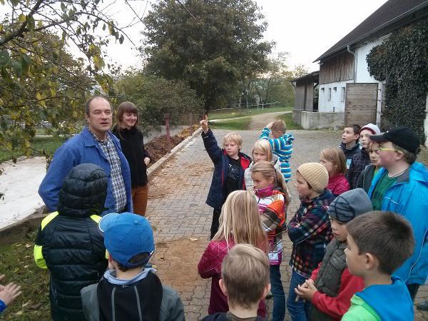 Wo kommt das Essen eigentlich her? Schüler auf dem Bioland-Hof von Landwirt Hannes Eichinger. Foto: Phoebe Ploedt