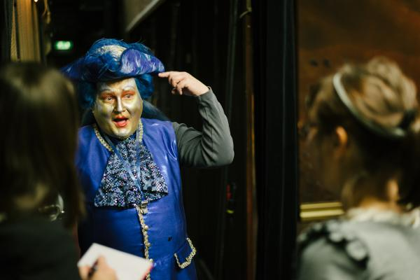 Bereits eine Stunde vor Vorstellungsbeginn sind einige Schauspieler voll kostümiert.