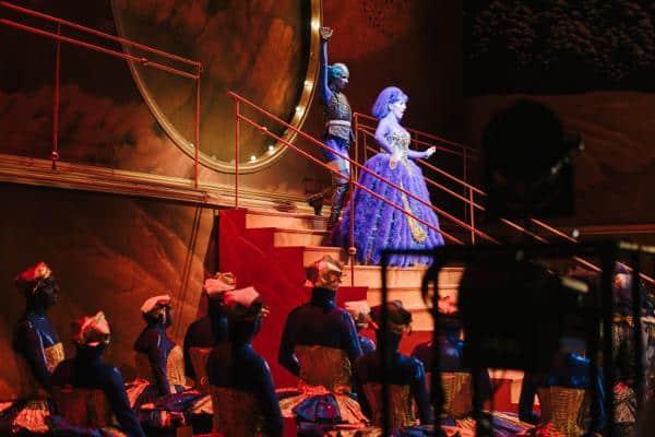 Großer Auftritt in funkelnden Kostümen: Die Bühne wird zur Phanzasiewelt.