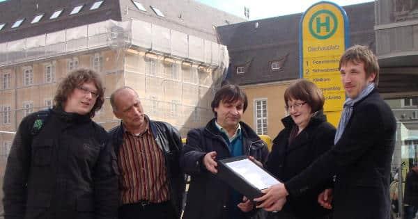 März 2010: Reinhard Kellner von den Sozialen Initiativen (2. v.li.) übergibt 1.000 Unterschriften für ein Sozialticket. Ergebnislos. Foto: Archiv