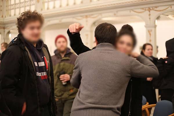 Mohammad Kalali (Mitte) nach seiner Verhandlung: Er hat Flüchtlingseigenschaft zugesprochen bekommen. (Bilder: Liese)