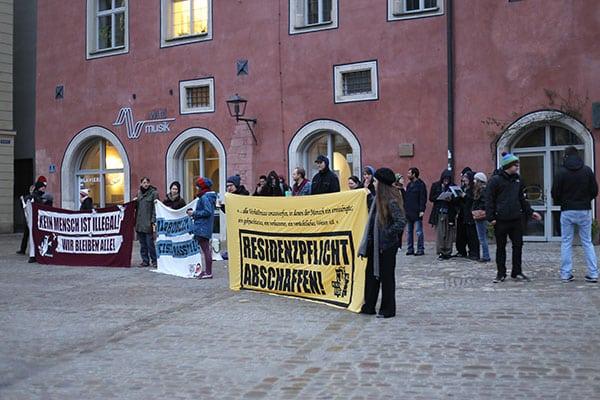Bereits vor Sitzungsbeginn fand eine Kundgebung vor dem Verwaltungsgericht statt.